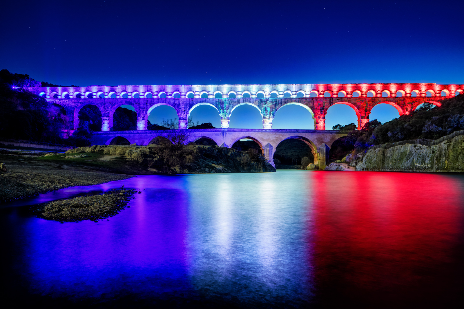 Pont du Gard lit in the french tricolore